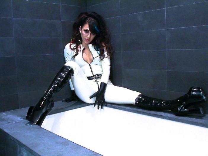 Alicia Latex Bathtub